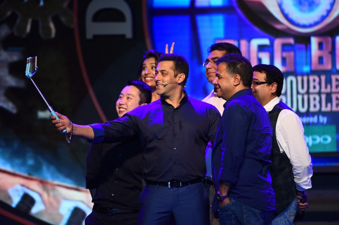 Salman taking a selfie at Big Boss Nau press conference