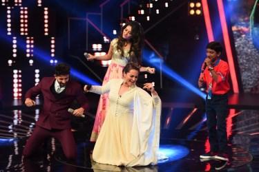 Sonakshi sinha dancing on Chhaiya Chhaiya (1)