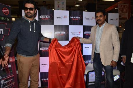 Harman Baweja & ayakar Shettigar, Senior VP – Buying & Merchandising, HyperCITY Retail (India) at the launch of Quick Burn Plys