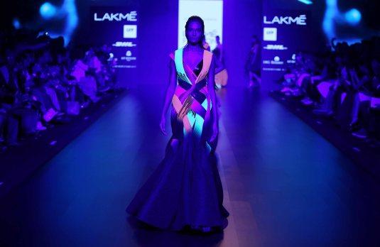 Model walks for Amit Agarwal at LFW SR 2016 (3)