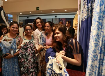 Kangana Ranaut interacts with the winners at the launch of the VERO MODA store at DLF Mall of India (1)