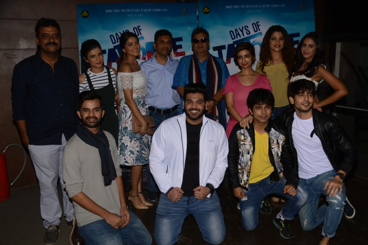 Director Krishnadev Yagnik, Producer Anand Pandit and Rashmi Shama, Cheif Guest Subhash Ghai with the cast of Days of Tafree (2)