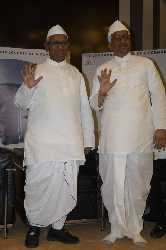 real-anna-hazare-and-reel-annaji-shashank-udapurkar-1