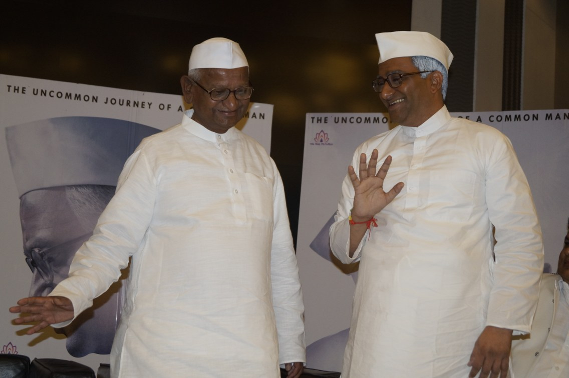 real-anna-hazare-and-reel-annaji-shashank-udapurkar-2
