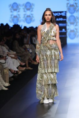 12-model-for-farah-sanjana-lfw-sr-2017
