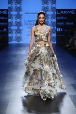 kiara-advani-for-farah-sanjana-lfw-sr-2017