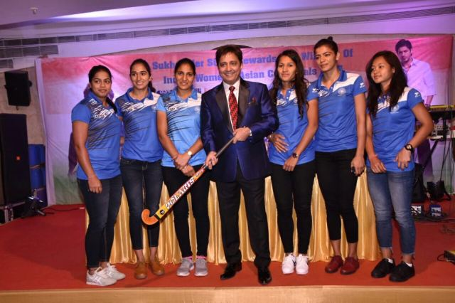 Singer Sukhwinder Singh felicitates the Indian Women's Hockey Team for their win at the Asia Cup 2017