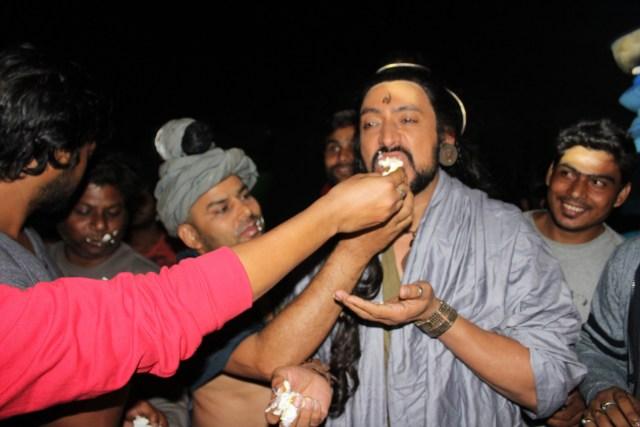 Hrishikesh Pandey eating cake