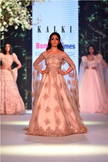 Yami Gautam walks for Kalki Fashion at Bombay Times Fashion Week 2018 (6)