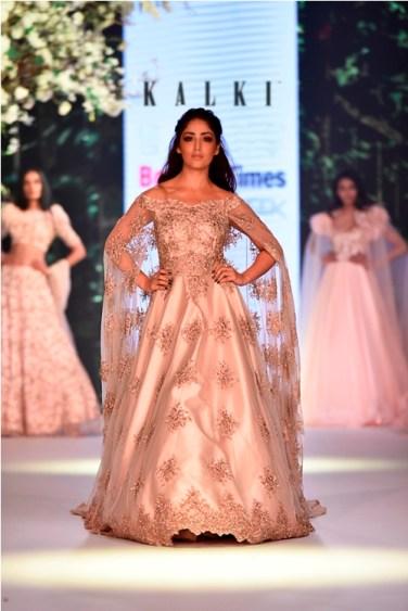Yami Gautam walks for Kalki Fashion at Bombay Times Fashion Week 2018 (7)