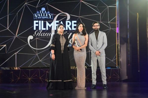 Jhanvi Kapoor receiving the award