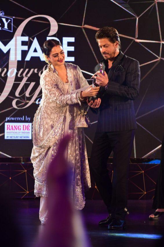 Rekha presenting the award to Shahrukh