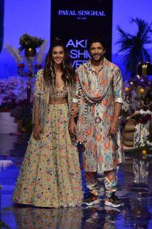 Shibani Dandekar & Farhan Akhtar walk for Payal Singhal (3)