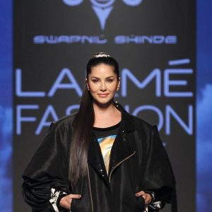 Showstopper Sunny Leone walks for Swapnil Shinde at LFW SR 20 (2)