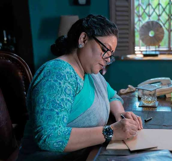 Tribhanga - Tedhi Medhi Crazy Review: Three Cheers To Parenthood