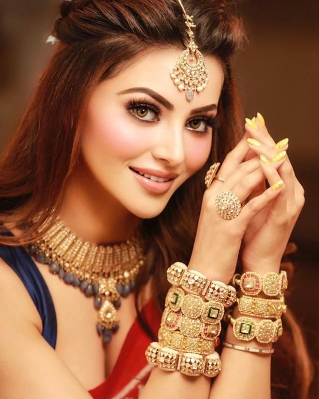 Urvashi Rautela looks breathtaking in her royal Gujarati Patola expensive saree