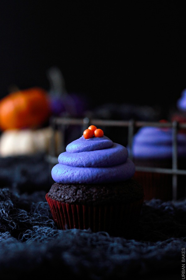 Halloween Vegan Chocolate Cupcakes with vegan frosting | urbanbakes.com