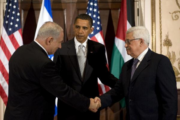 US President Barack Obama (centre) looks on as Israeli Prime Minister Benjamin Netanyahu (left) shakes hands with Palestinian leader Mahmoud Abbas before a 2009 meeting in New York