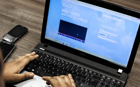 A man uses his profile in the social network for evangelicals FaceGloria, in Sao Paulo, Brazil (Photo: AFP)