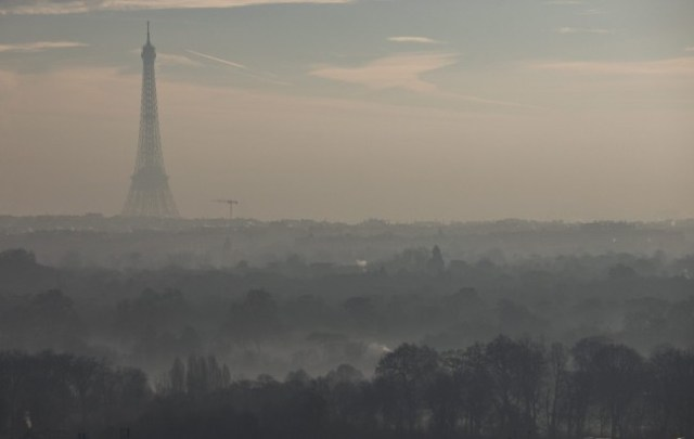 paris-eiffel-smog