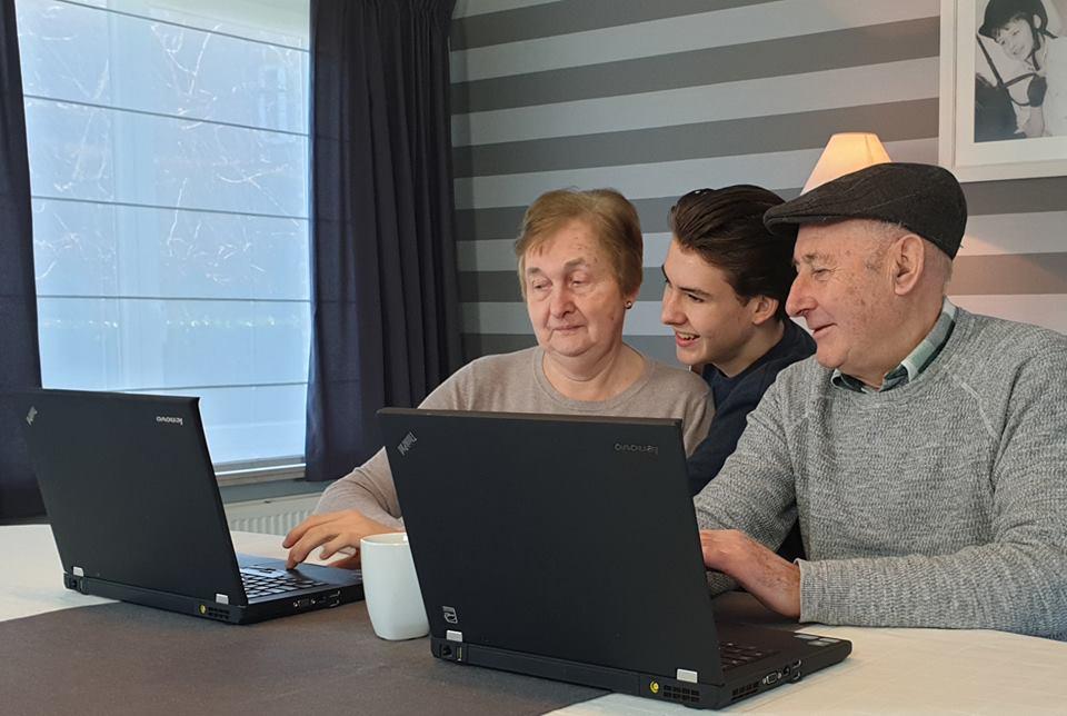 De workshops van Cedric en co, zoals kleinzonen die grootouders helpen met technologie