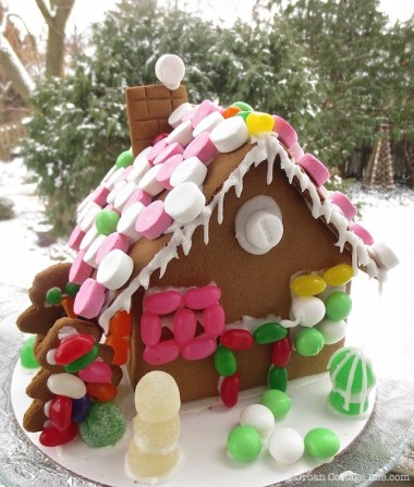 Holiday Mingle Gingerbread House |© Urban Cottage Life.com