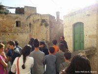 Un frate benedettino fermo con i ragazzi nei pressi della torre del Capone.