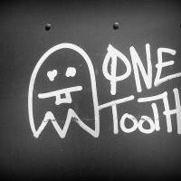 ο άνθρωπος με το ένα δόντι