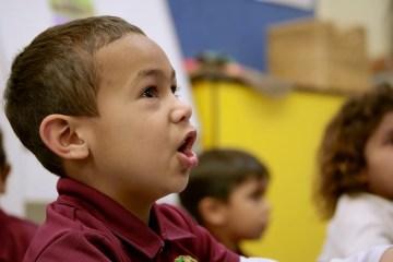 Copiii cu deficiente de auz invata sa programeze