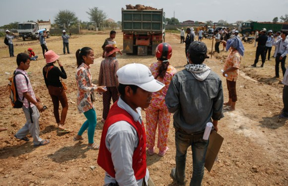 Villagers, Police Face Off in Dispute Over Road Expansion