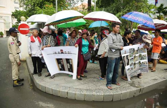 Rail-side residents stage protest again
