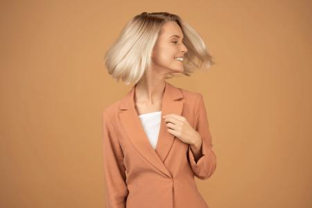 אישה מנפנפת בשיער