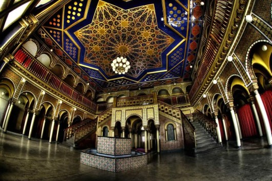 Prächtige Säulen und Bögen, filigrane Muster mit Goldverziehrungen sowie dekorative Wandmosaike zieren die Räumlichkeiten.
