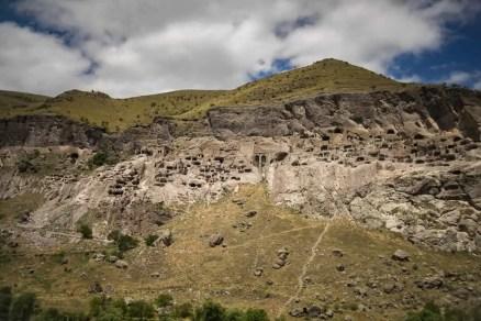 Auf unserer Erkundungsroute liegt auch der Besuch einer geheimnisvollen Felsenstadt im Süden des Landes und unweit der Grenze zur Türkei. In der Nähe der Festung Tschertwisi die mit mehr als 2000 Jahren eine der ältesten Festungen Georgiens ist, erreicht man entlang des Flusses Mtkwari die Klosterstadt Wardsia.
