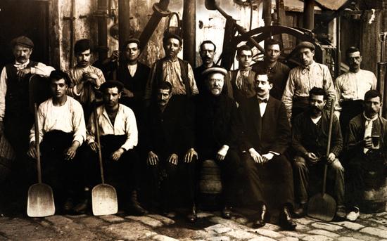 Xavier Damm rodeado de los trabajadores de la fábrica de la calle Urgell hacia finales del siglo XIX