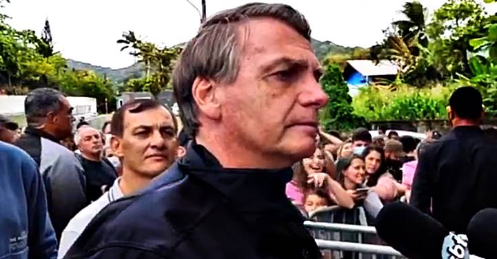 """Bolsonaro diz que foi barrado no jogo do Santos: """"Tenho mais anticorpos do que quem tomou a vacina"""""""