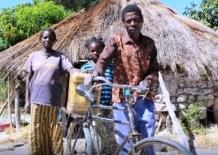 """John Kisingi fugiu com a família para a Zâmbia em 2000. O objeto que eles trouxeram foi uma bicicleta. """"No momento da fuga de Angola, eu tinha um ferimento à bala. A bike me ajudou a carregar algumas panelas e pratos"""", conta o refugiado, que atualmente usa a magrela para levar o que produz no campo a um mercado"""