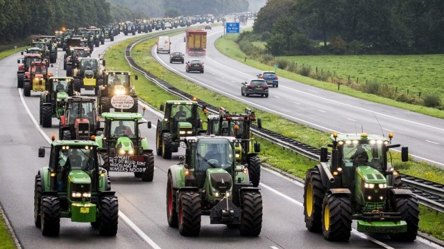 Dutch Farmers cause massive traffic Jam