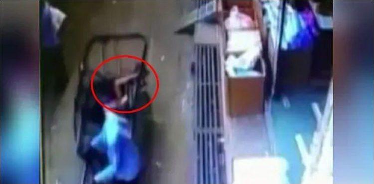 دوسری منزل کی بالکونی سے گر کر بچہ معجزاتی طور پر محفوظ، ویڈیو وائرل