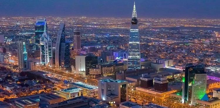 ریاض: وژن 2030 کے تحت سعودی عرب میں ہونے والی مثالی اصلاحات کا ورلڈ بینک بھی متعرف ہوگیا اور مملکت کو ترقی پذیر ممالک کی فہرست میں شامل کرلیا۔  تفصیلات کے مطابق عالمی بینک گروپ نے 'خواتین، تجارتی و صنعتی سرگرمیاں اور قانون 2020' کے عنوان سے ایک رپورٹ شایع کی جس میں سعودی عرب کو زیادہ اصلاحات کرنے والا اور ترقی پذیر ممالک میں سے ایک ملک قرار دے دیا۔  غیرملکی خبررساں ادارے کے مطابق رپورٹ میں سعودی عرب کو 100 میں سے 70.6 نمبر دیے گئے اور ریاض حکومت کی جانب سے خواتین کے لیے کیے جانے والے اقدمات کو سراہا۔ عالمی بینک نے اعتراف کیا کہ مملکت میں خواتین سے متعلق مؤثر اور بہترین قانون سازی کی گئی۔  رپورٹ میں سعودی عرب کو 190ممالک میں سب سے زیادہ اصلاحات اور ترقی پذیر ریاست قرار دیا ہے۔ سعودی عرب اس حوالے سے خلیج میں پہلے اور عرب دنیا میں دوسرے نمبر پر ہے۔ ریاض حکومت تیل کے ساتھ ساتھ دیگر شعبوں سے بھی ملکی معیشت کو مضبوط کرنا چاہتی ہے جس کے لیے مثالی اقدامات کیے جارہے ہیں۔  عالمی بینک کا کہنا ہے کہ سعودی عرب نے یہ عظیم الشان کامیابی خواتین سے متعلق قواعد و ضوابط میں قانونی اصلاحات کی بدولت حاصل کی ہے۔ خیال رہے کہ مذکورہ رپورٹ عالمی بینک کی جانب سے ہر سال شایع کی جاتی ہے جس کا مقصد دنیا کے 190 ممالک کے اقتصادی شعبوں اور ان میں کام کرنے والی خواتین کے کردار کو پرکھا جاتا ہے۔