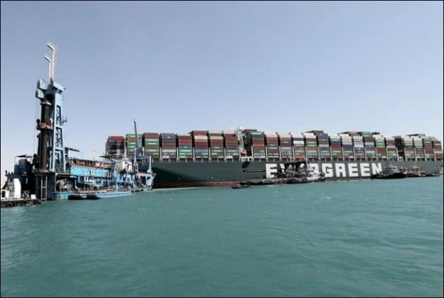دنیا کے اہم ترین سمندری راستے نہر سوئز میں پھنسے بحری جہاز کو نکال لیا گیا 1