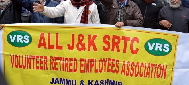 جے کے ایس آر ٹی سی کے رضاکارنہ طور مستعفی ہونے والے ملازمین کا احتجاج