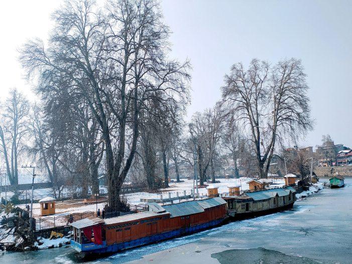 کشمیر میں ٹھٹھرتی سردیوں کا زور بدستور قائم، آبی ذخائر مسلسل منجمد