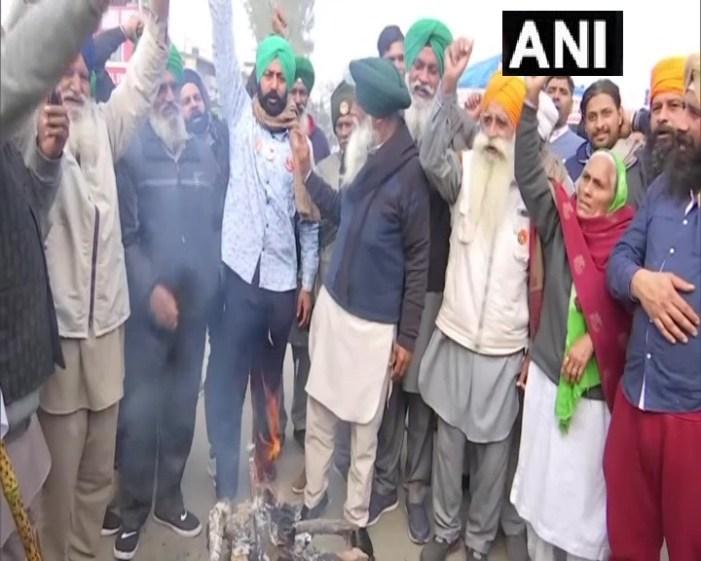 کسان تحریک : لوہڑی پر تینوں زرعی قوانین کی کاپی نذر آتش