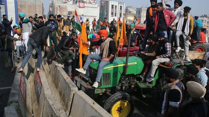 کسان تحریک: ٹریکٹر پریڈ جاری، کسانوں پر پولیس کا لاٹھی چارج، آنسو گیس کے گولوں کا استعمال