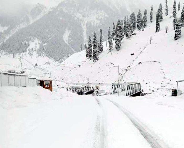 کشمیر: بالائی علاقوں میں تازہ برف باری میدانی علاقوں میں بارشیں