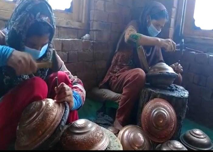وہ کشمیری خواتین جنہوں نے تانبے کے برتنوں کی کندہ کاری کا پیشہ اختیار کر کے روزگار کی سبیل پیدا کی