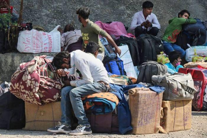 مختلف این جی اوز توی ریلوے اسٹیشن پر کشمیر سے آنے والے غیر مقامی لوگوں کی خدمت میں مصروف