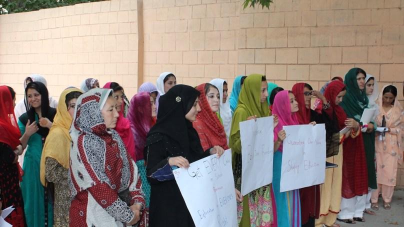 عالمی یوم ملاله کے موقعے پر طالبات نے وزیر اعلی گلگت بلتستان کو قرار داد پیش کردیا