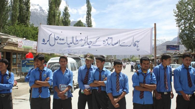 دوسرے اضلاع کی طرح ہنزہ نگر میں بھی اساتذہ سراپا احتجاج، شاہراہ قراقرم پر دھرنے